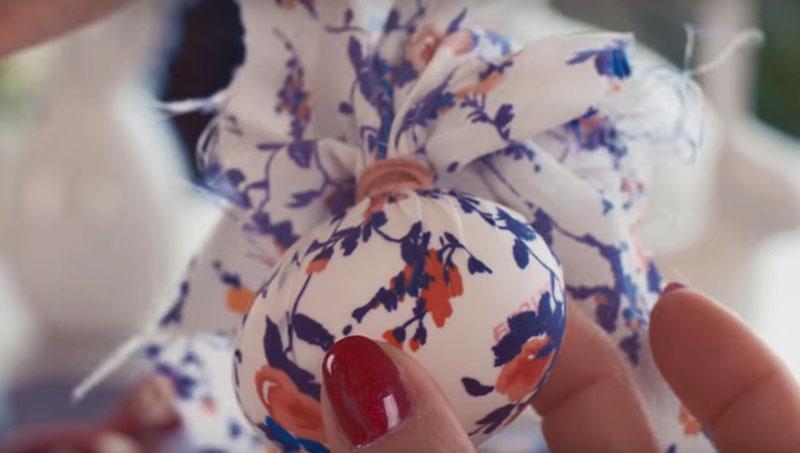 крашение яиц тканью