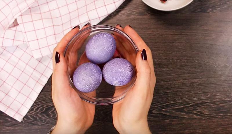 окрашивание яиц каркаде