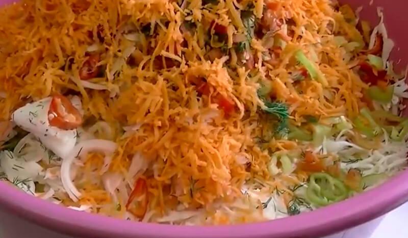 салат из капусты, моркови, лука и болгарского перца