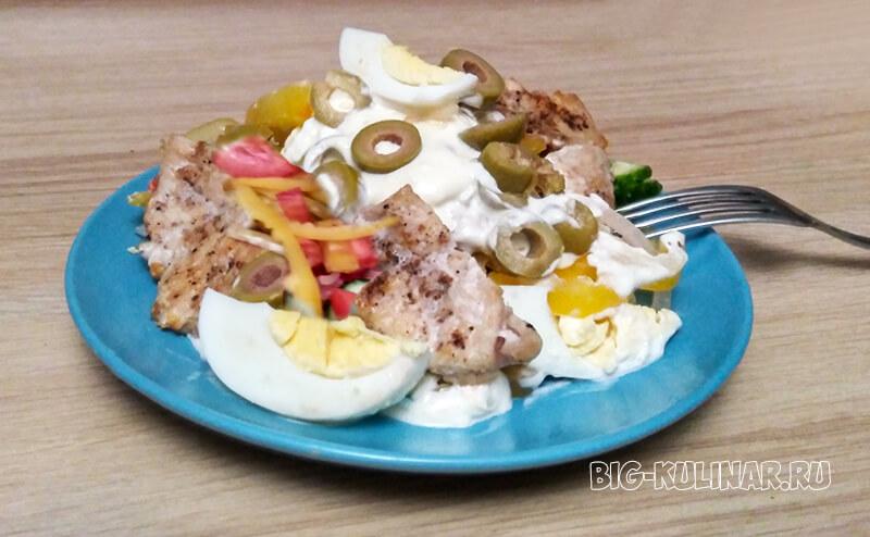 лондонский салат с жареной курицей