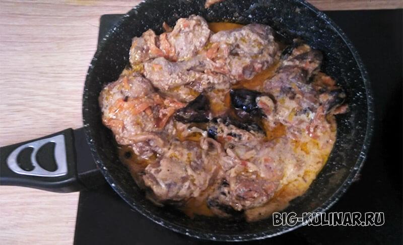 курица с черносливом в сметане